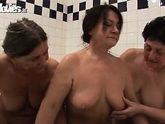 granny-bathtime