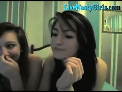 2-hot-girls-kissing-and-fingering-3