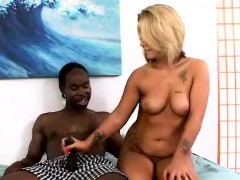blonde-handworking-black-dong