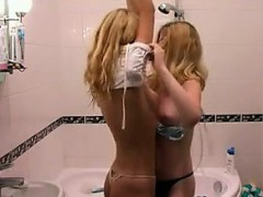 amateur-blonde-teens-showering-together