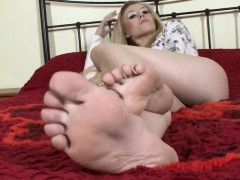 blonde-shows-off-her-feet-and-soles
