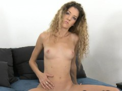 curly-haired-amateur-posing-in-casting
