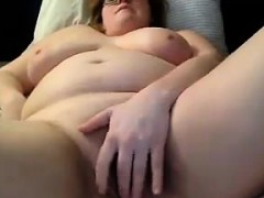 bbw-with-glasses-on-masturbates