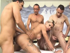 blonde-tranny-sucking-four-big-cock