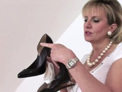 cheating-english-milf-lady-sonia-reveals-her-enormous-balloo