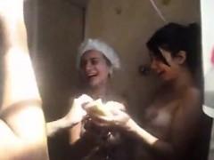 amigas-brincando-no-chuveiro