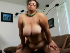 geeky-bbw-shianna-spreads-her-chunky-thighs-for-an-ebony-cock-on-the-couch