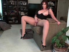 american-milfs-jewels-and-lauren-give-their-pussy-a-workout