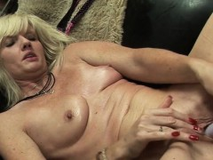 mature-aunty-with-wet-twat-kyla