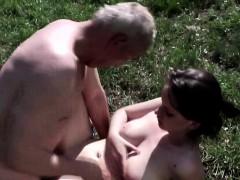 Дед трахнул молодую девушку на улице.