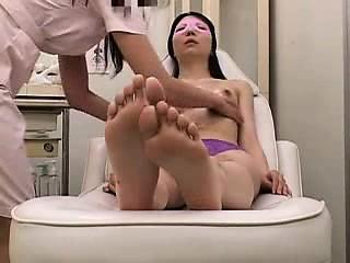 アジアの若くてかわいい女の子は、彼女のお尻と女性器が試験されて、もてあそばせている-3265674-ポルノ屋