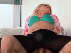 Klein en jong amateur vriendinnetje wil een pornofilmpje maken