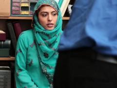 Охранник супермаркета трахнул в подсобке молоденькую арабскую эмигрантку, накончав в её милый маленький ротик