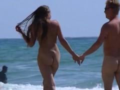 amateur-nudist-beach-couple-walking-along-the-beach