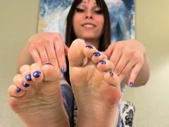 smalltits-footfetish-tranny-oils-up-her-feet