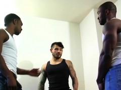 Muscular ebony hunks in threesome