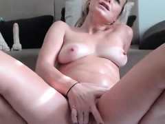sweet-milf-camwhore-drills-her-pussy-and-squirts