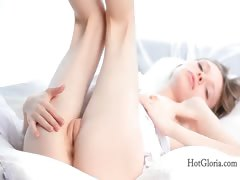 doll-faced-gloria-opening-her-pink-fuck-hole-in-bed