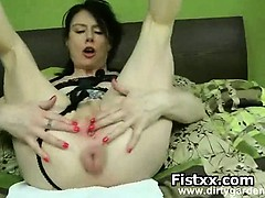 busty-woman-fisting-in-juicy-holes