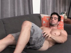 solo-muscle-hunk-blows-his-load-after-wanking