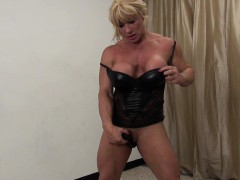 female-bodybuilder-wildkat-shows-her-big-clit