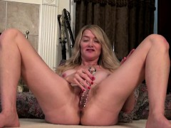 busty-american-mature-toying-herself