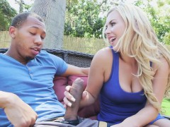 Порно в раздевалке с блондинкой