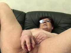 staci-amateur-mature-mom-masturbating-wi