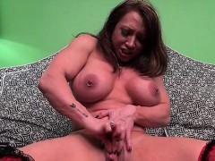 brandimae-loves-her-clit-pump