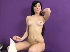 kinky raven haried babe pissing in solo scene