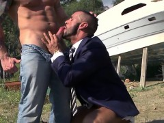 muscle-gay-outdoor-with-facial