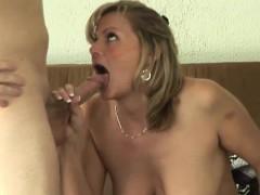 Ranzige moeder laat haar kutje door haar zoon keihard neuken