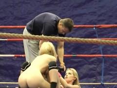 Lesbo meiden met dikke tieten doen worstelen