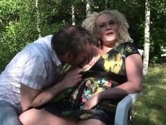 baise-en-exterieur-avec-une-cougar-blonde