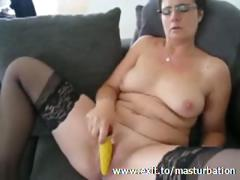 kelly-51-years-cums-with-yellow-dildo