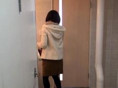 japanese-hottie-peeing