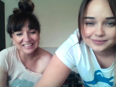 mom-and-daughter-on-cam
