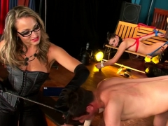 Stunner Gives A Steamy Oral-job Job